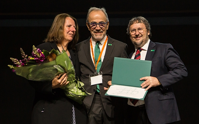 Gaye Foster (Left), President of fib Hugo Corres Peiretti, and Professor Stephen Foster